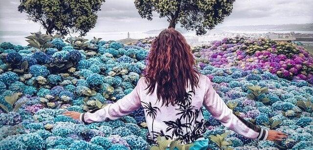 Frau im Blumenmeer