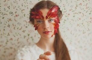 Frau mit Blütenblättern im Gesicht