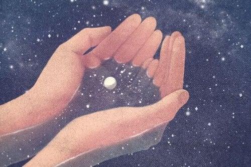 Hände halten das Universum