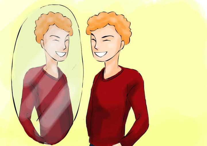 Ein junger Mann im roten Pullover lächelt sich im Spiegel zu.