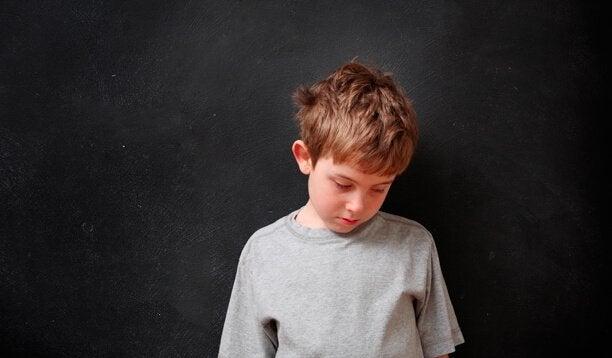 Ungeliebter, trauriger Junge