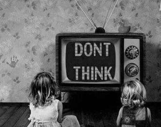 Zwei Mädchen schauen fern und werden aufgefordert, nicht selbstständig zu denken