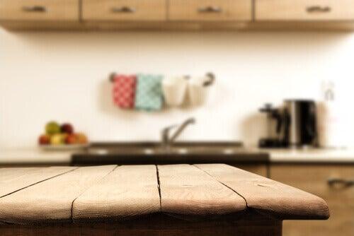 Holztisch in der Küche