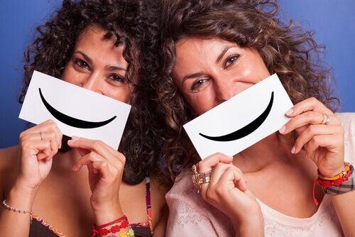 Lächelnde Freundinnen
