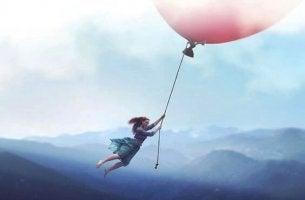 Sich neu erfinden - mit Luftballon fliegendes Mädchen