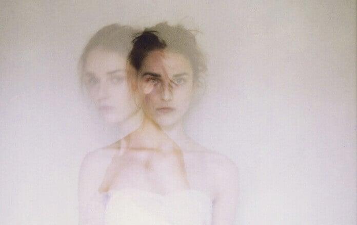 Mädchen mit zwei Gesichtern