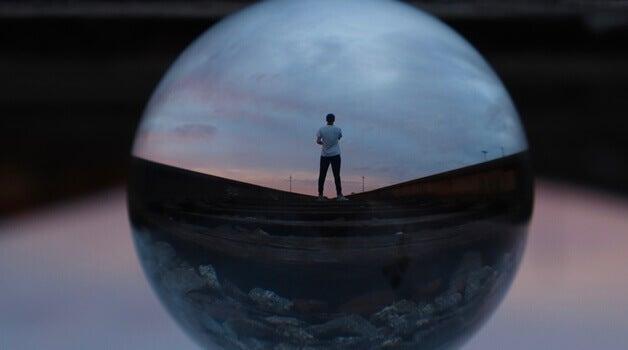 Mann steht allein und schaut in Ferne