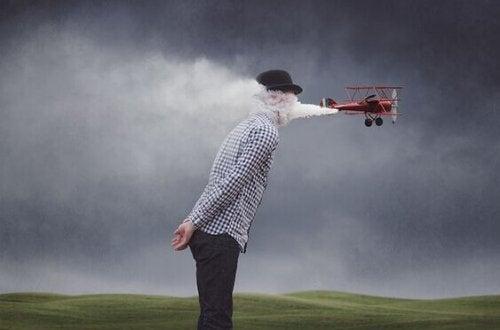 Mann hinter Flugzeug im Kondensstreifen