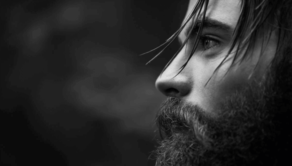 Mann mit Bart in schwarz-weiß