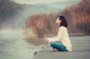 Einstieg in die Achtsamkeit - Frau bei der Meditation