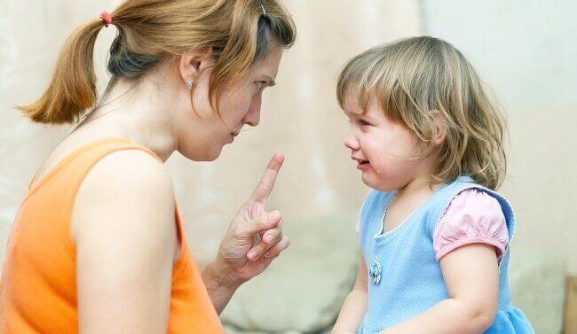 Mutter schimpft mit Tochter