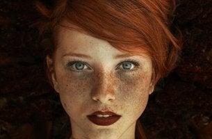 INFJ? - Rothaariges Mädchen mit Sommersprossen