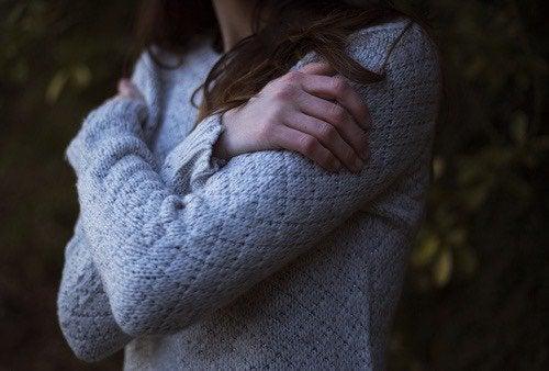 Frau umarmt sich selbst
