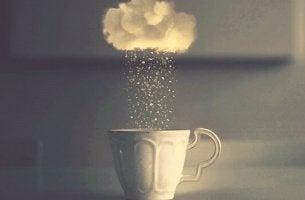 Mentale Erschöpfung - Regenwolke über Kaffeetasse