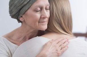Tochter umarmt krebskranke Mutter