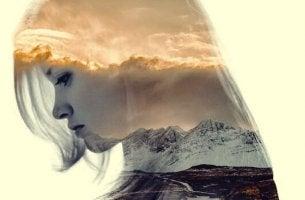 Einen Verlust akzeptieren - Frau blickt traurig nach unten