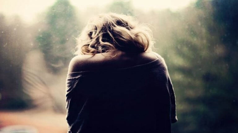 Rücken einer traurigen Frau