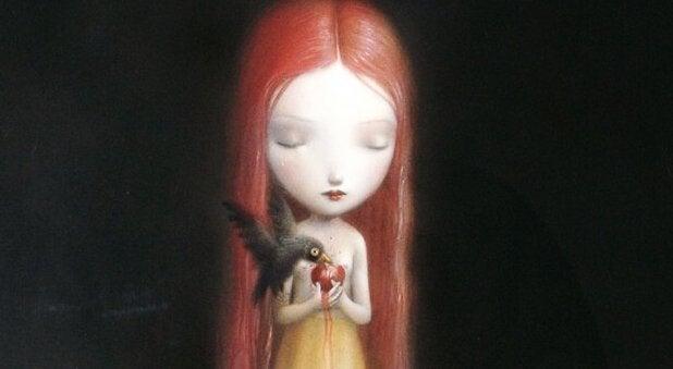 Trauriges Mädchen hält eine Frucht, an der ein Vogel frisst