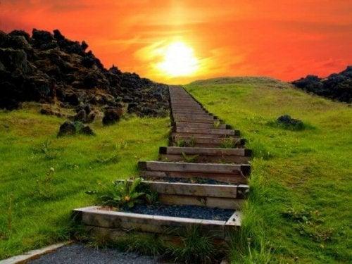 Treppenstufen, die den Hügel hinaufführen