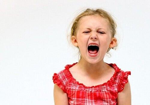 Kind hat einen Wuntanfall