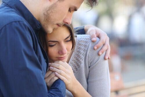 Emotionale Unterstützung - Frau sucht Halt bei einem Mann