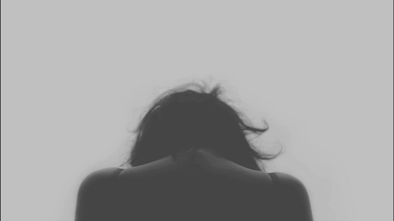 Frau mit gesenktem Kopf