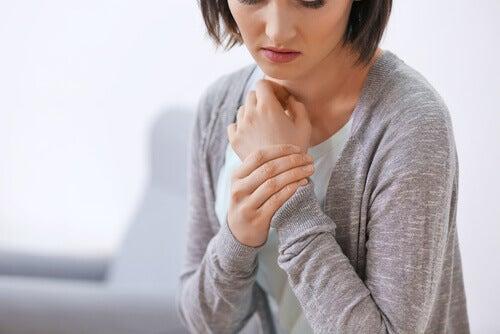 Frau mit Schmerzen im Handgelenk