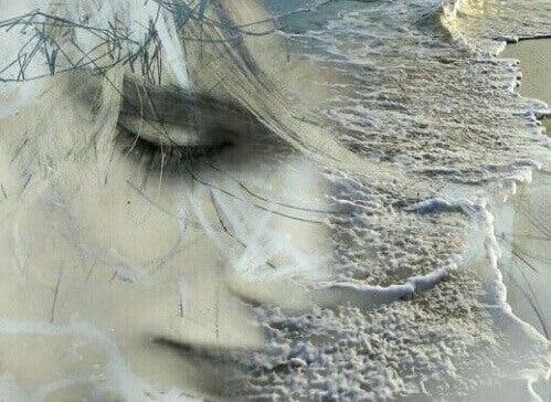 Trauriges Gesicht, das mit Meereswellen verschmilzt