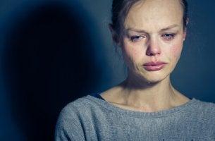 Ursache psychischer Störungen - weinende Frau