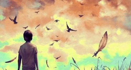 Junge, der Vögel beobachtet