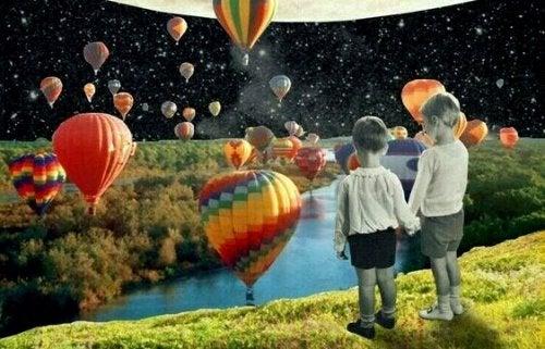 Kinder, die Heißluftballons beobachten