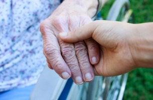 Gute Pflege - Junge Hand hält alte Hand.
