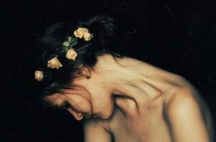 Ängstlich-vermeidende Persönlichkeitsstörung - traurige Frau, die eine Blumenkrone trägt