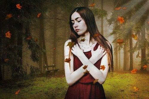 Frau im herbstlichen Wald