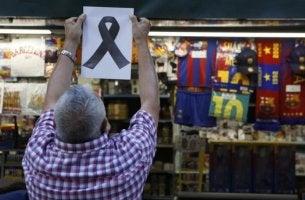 Terrorismus in Barcelona - trauernder Ladenbesitzer