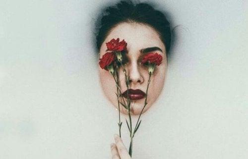 Frau mit Nelken im Gesicht