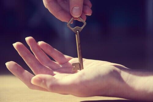 Frau mit Schlüssel in der Hand