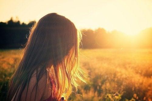 Frau vorm Sonnenuntergang.