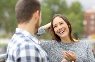 Wie sollten wir auf Lob antworten? - Frau bekommt Lob von Mann und lächelt ihn an.