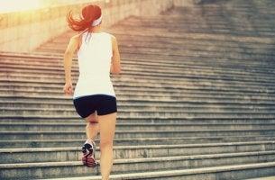 Sportpsychologie anwenden - Frau läuft Treppen hinauf