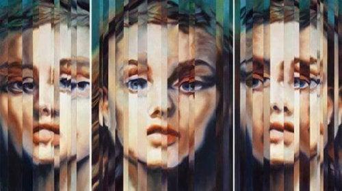 Verzerrtes Frauengesicht im Spiegel