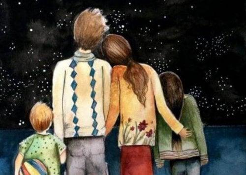 Glückliche Familie vor Sternenhimmel