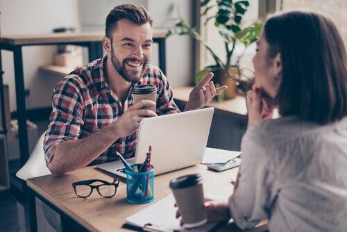 Mann und Frau unterhalten sich bei der Arbeit