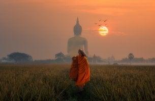 Der vergiftete Pfeil - Mann geht in Richtung einer Buddhastatue