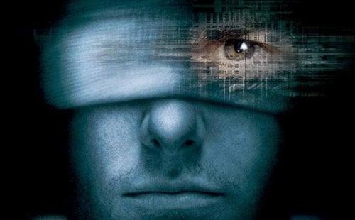 Mann blickt durch Augenbinde