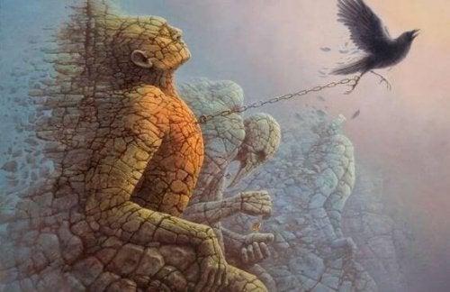 Steinmensch ist an Krähe gefesselt