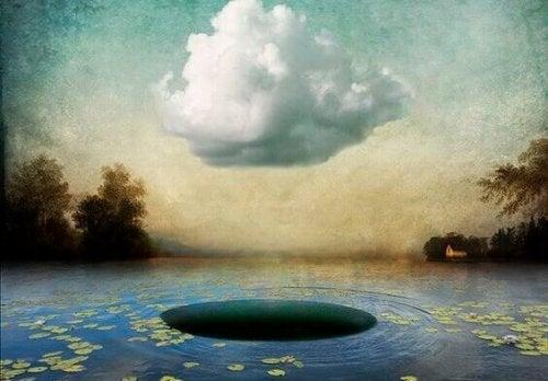Wolke über See mit Loch