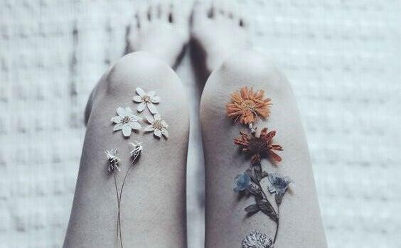 Beine mit Blumen auf den Oberschenkeln