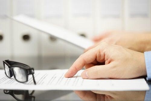Angestellter liest ein Dokument