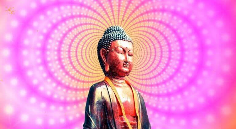 Buddhafigur in buntem Licht